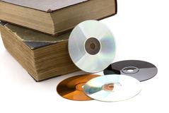 oude-dikke-boeken-en-cd-op-een-witte-achtergrond-12760002